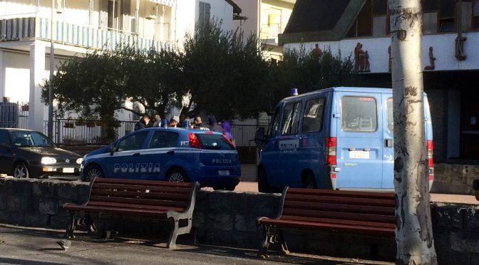 Le harcélement policier sur les réfugiés s'intensifie .